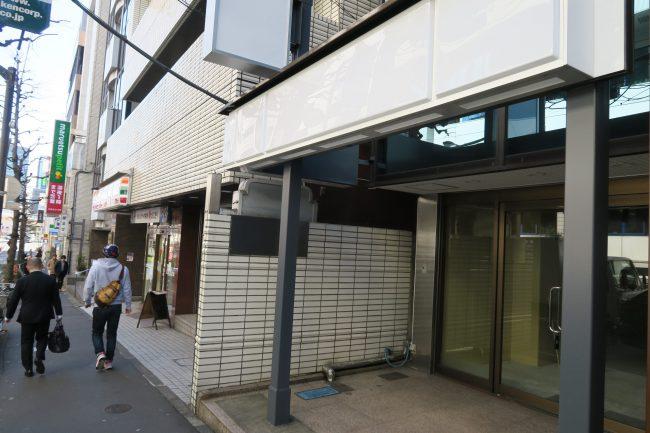 閉鎖されたコンビニ、隣にはセブンーイレブンと深夜スーパー