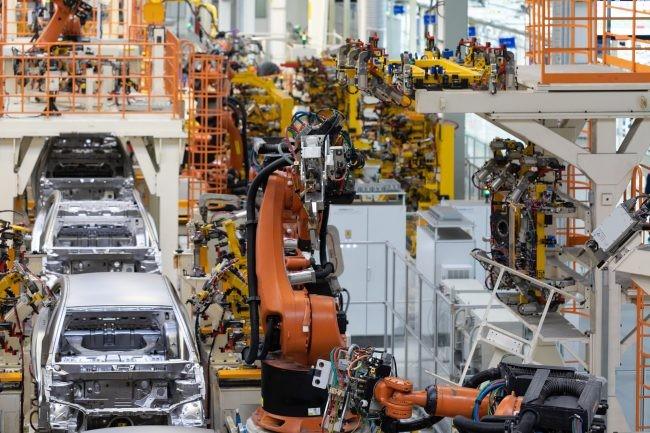 工場の自動車組み立てレーン